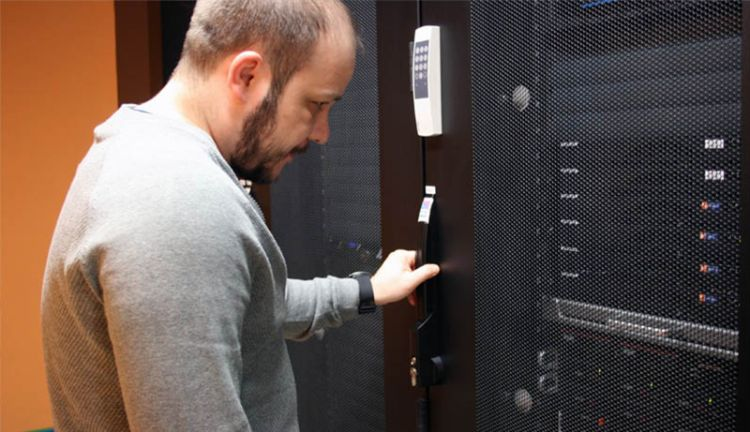 Mathias Arnholdt kontrolliert Serverracks im Rechenzentrum